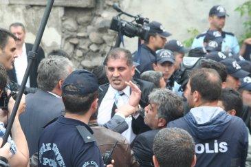 Erzurum'da Akillere bayrak öptürdüler