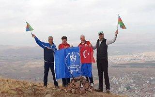 Zirveye Türkiye-Azerbaycan bayrağını astılar