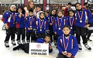 Koruma altındaki çocuklardan buz hokey takımı