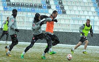 BB Erzurumspor kar yağışı altında çalıştı