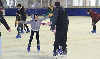 Sevgi evleri çocukları buz pateni öğreniyor