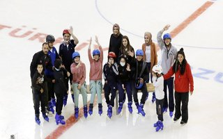 Büyükşehir'den engelli çocuklara buz pateni kursu