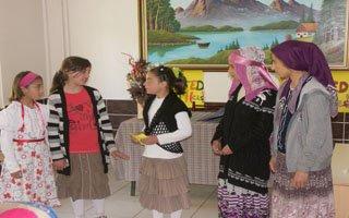 Minik öğrencilerden tiyatro gösterisi