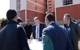 Vali inşaatı devam eden okulları inceledi