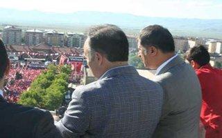 MHP mitinginin kaçak izleyicileri!