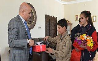 Harçlıklarıyla çiçek alıp Ali Korkut'a teşekkür ettiler