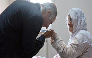 Efkan Ala annesini hastanede ziyaret etti