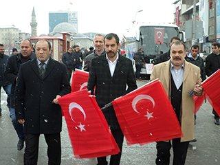 MHP İl teşkilatı vatandaşa bayrak dağıttı