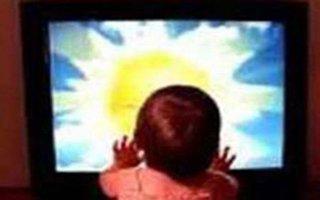 Çocuğun üzerine televizyon düştü!