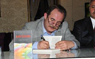 Tezcan Erzurum'da kitabını imzaladı