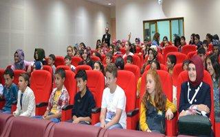 Erzurum'da yuva çocuklarının tiyatro keyfi