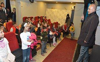 Ali Başkan Bin 800 çocuğu tiyatroya götürdü