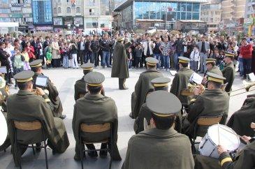 Askeri bandodan 'oyun havası' ziyafeti
