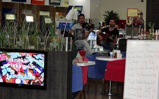 Tevazu kafede canlı müzik ziyafeti