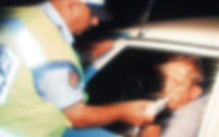 Alkollü yakalanınca polisin parmağını ısırdı