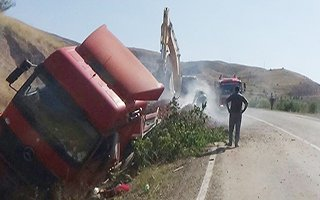 Devrilen TIR'ın arka tekerlekleri yandı