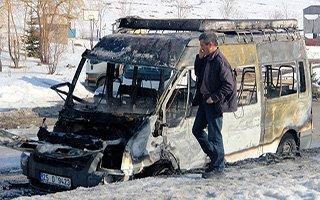 Kaza sonrası yolcu minibüsü alev alev yandı