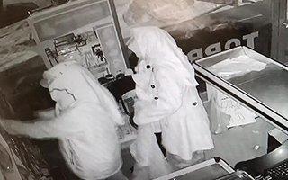 Kadın elbiseli iki hırsız marketi soydu