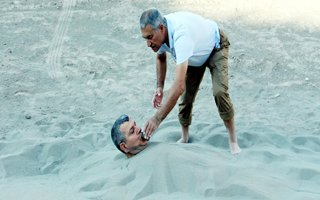 İHA Muhabirini kuma gömdüler