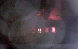İki katlı bina alev alev yandı