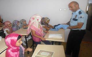 Polisten çocuklara tişört hediye