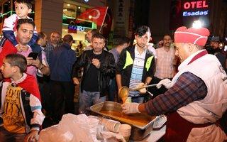 Erzurum'da nöbet tutanlara çorba dağıtıldı