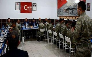 Vali Azizoğlu, Mehmetçikle iftar açtı...