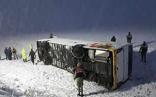 İran plakalı yolcu otobüsü devrildi
