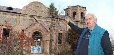 Oltu'daki kilisenin çatısında çam ağacı çıktı