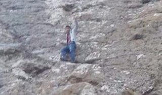Oltu'da 1 kişi tırmandığı kayada mahsur kaldı