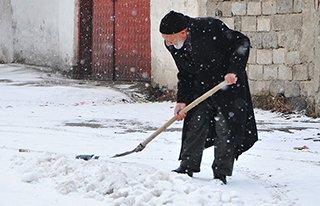 Erzurum'a kar geri döndü