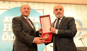 Vali Seyfettin Azizoğlu ödülünü aldı