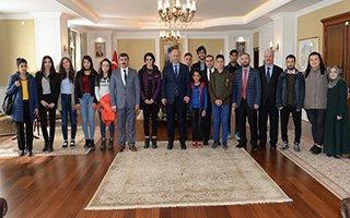 Umre yolcusu çocuklardan Azizoğlu'na ziyaret