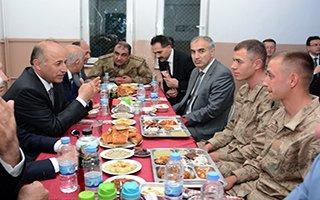 Vali Azizoğlu Mehmetçikle birlikte iftar açtı