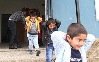 Depremde evleri yıkılan çocuklara tatbikat