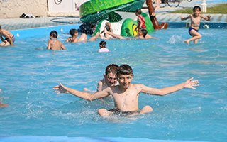 Aziziye'de çocukların oyun havuzlu park keyfi