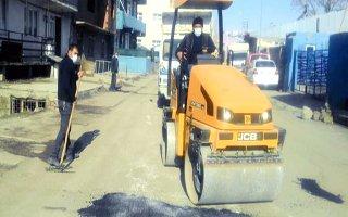 Pasinler Belediyesi bozuk yolları onarıyor