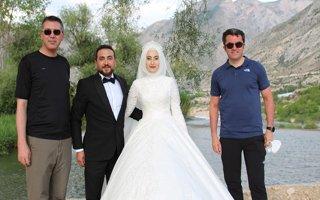 Vali Memiş yeni evlenen çiftle fotoğraf çekildi