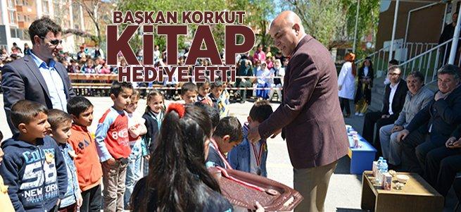 Başkan Korkut öğrencilere kitap hediye etti