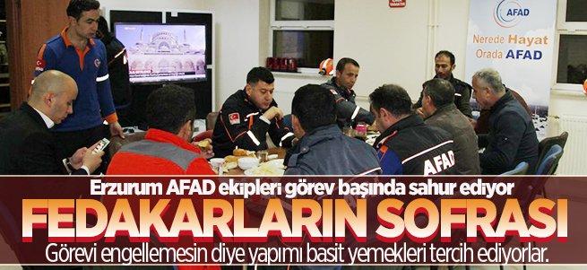 Erzurumlu AFAD'cılar görev başında sahur ediyor