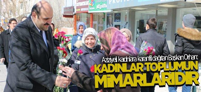 Başkan Orhan Aziziyeli kadınlara karanfil dağıttı